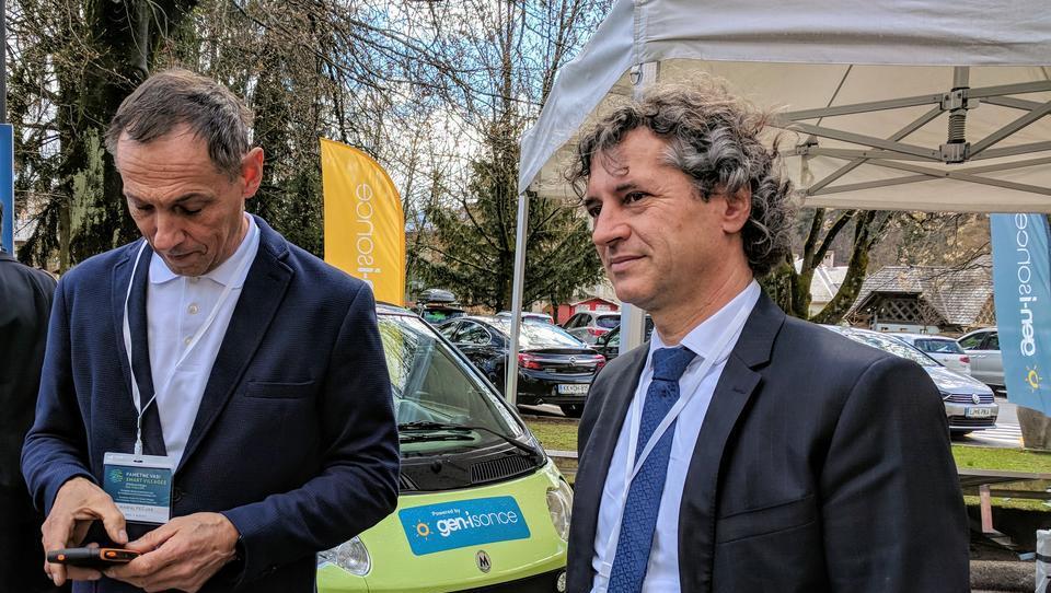 Pečjak in Golob prva na svetu praznita e-avto z blockchainom