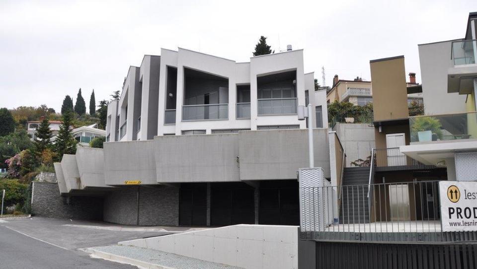 Dražitelji pograbili apartmaje in poslovne prostore v vili Beli križ