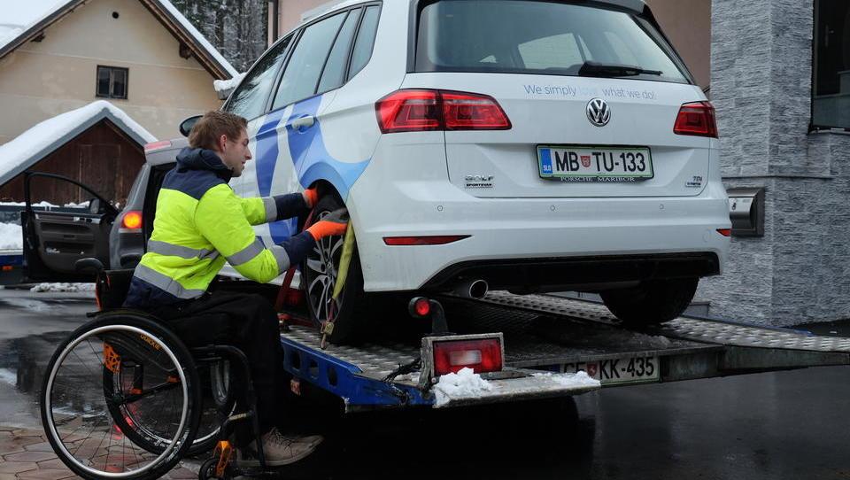 Zgodba 21-letnega paraplegika, ki vas bo rešil, četudi vam avto odpove 1.500 kilometrov od doma