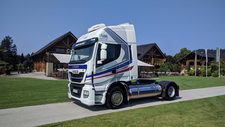 Dva slovenska prevoznika že vozita s tovornjaki na utekočinjen zemeljski plin