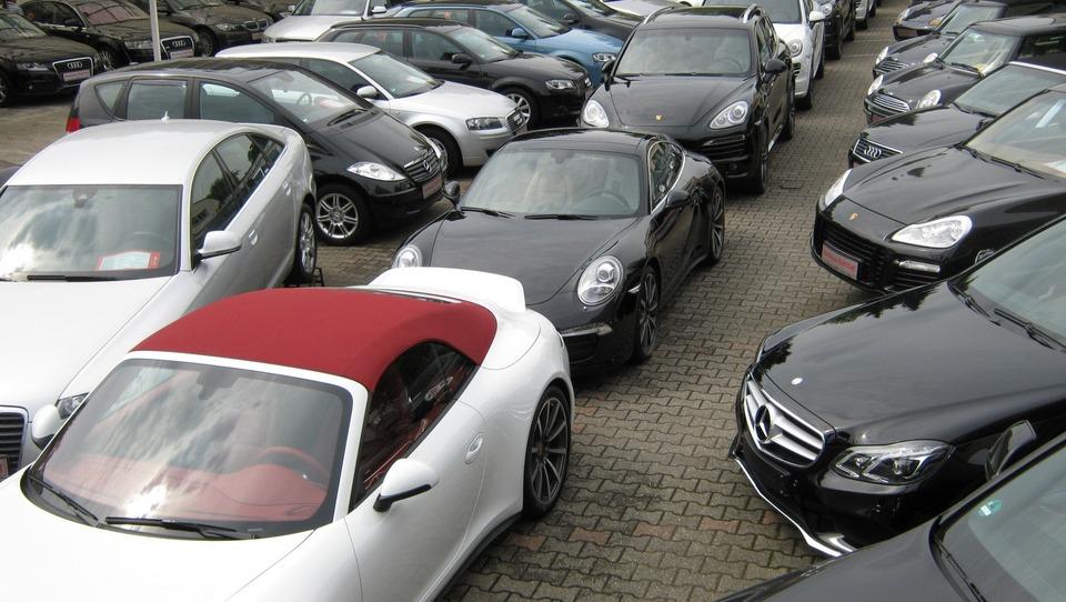 Novi zakon o motornih vozilih otežuje registracijo avtov, goljufije s kilometri pa ignorira