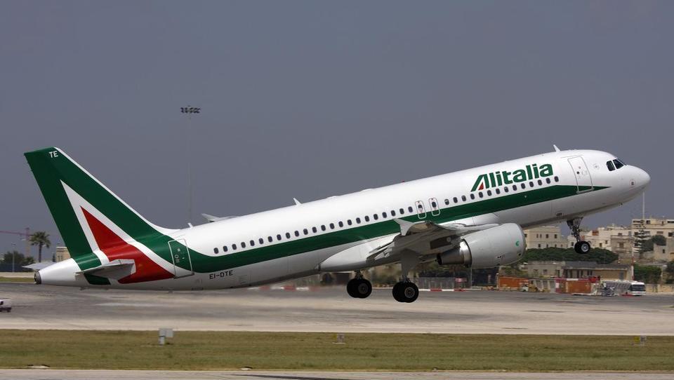 Italijanske državne železnice kupujejo Alitalio, ki je nabrala za...