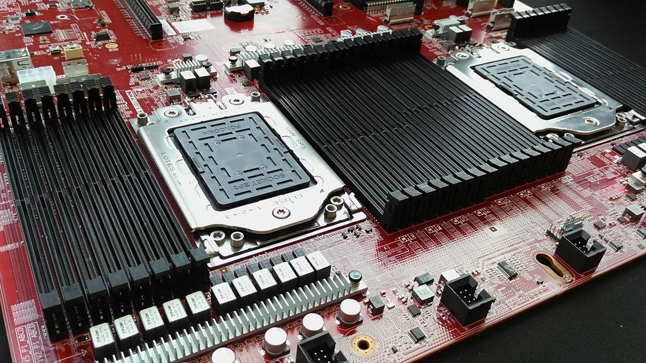 AMD kot strela z jasnega udaril z novimi strežniškimi procesorji