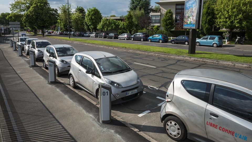 Propad izposojevalnice  e-avtov v Parizu: umikajo več kot štiri...