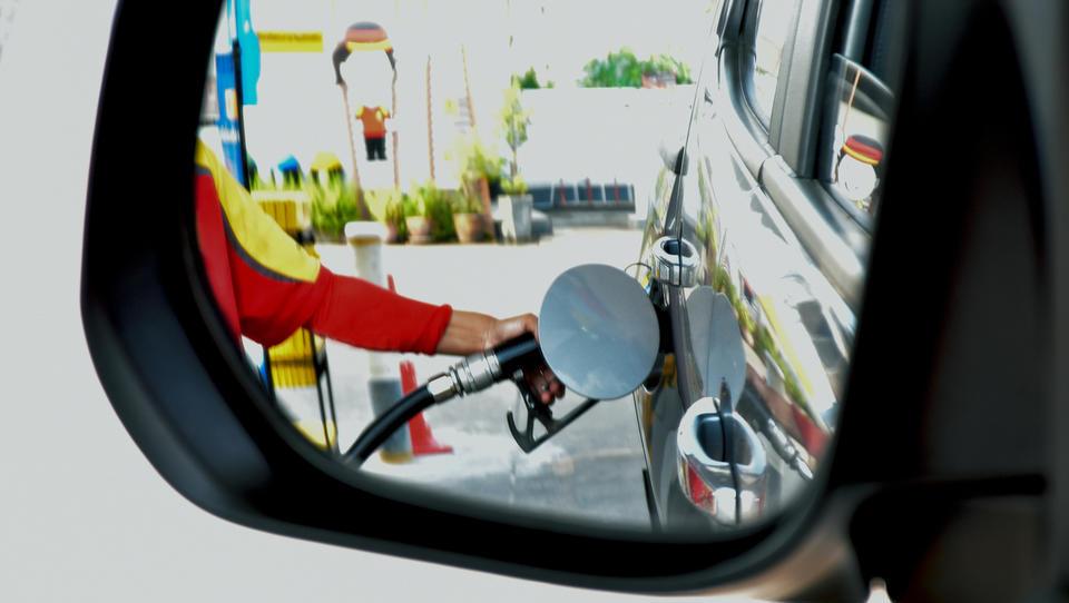 Kako bo valutna nihajnost krojila torkovo ceno bencina in dizla