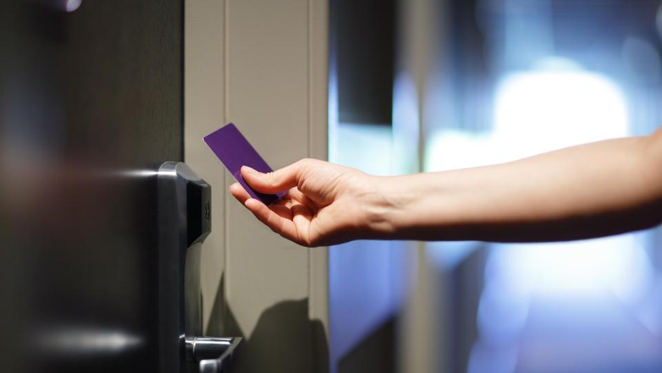 Skoraj tretjina brezstičnih ključavnic v hotelih je ranljivih