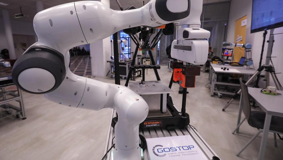 V novem centru za sodelujočo robotiko je delo dobilo pet sodelovalnih robotov