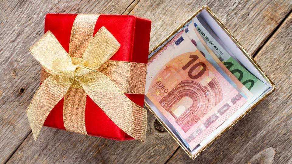 Nečaku bi rad dal 70 tisoč evrov.  Kako naj to naredim, da bom davčno čist?