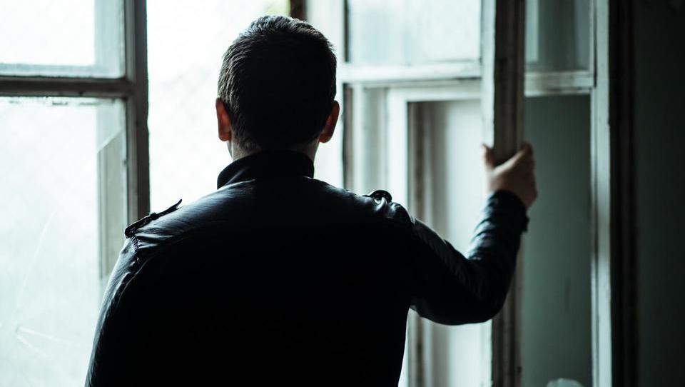 Ženske gredo v bitko prej, moški pa včasih šele po poskusu samomora