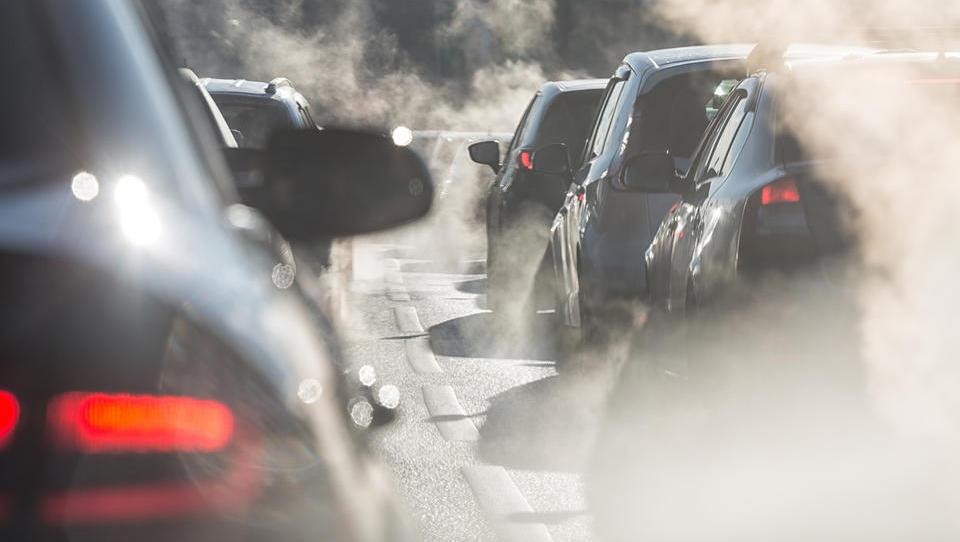 Kaj je s Cerarjevim omejevanjem registracije dizlov in bencinarjev: je to prehitro? Si je vlada pljunila v lastno skledo?