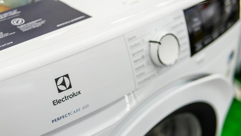 Electroluxu močno upadel dobiček, pričakuje, da bodo stroški surovin, tečajnih razlik in carin visoki tudi v letu 2019