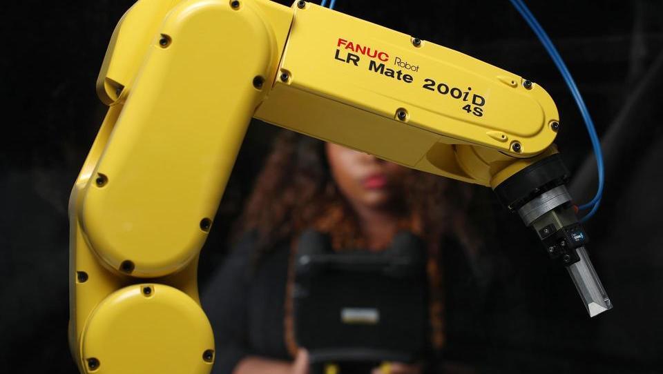 Japonski robotski velikan, ki sestavlja tesle in lakira fenderce