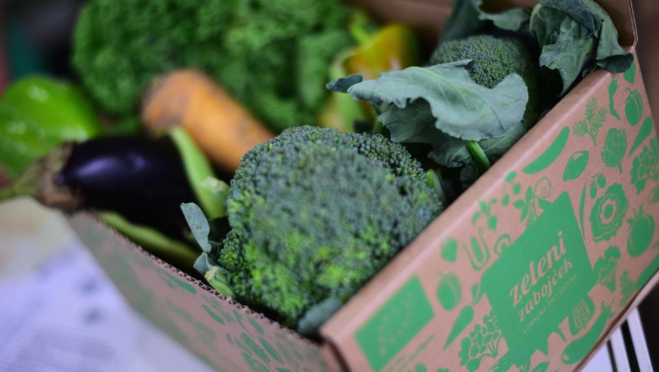 Alternativna logistika: Zeleni zabojček razvaža sezonsko hrano po stanovanjih