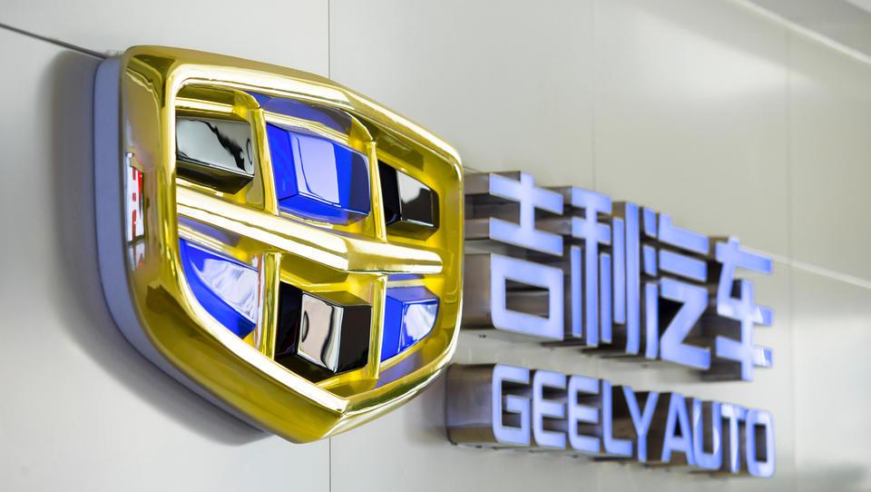 Geelyju zaradi zamude z razkritjem prevzema deleža Daimlerja grozi kazen