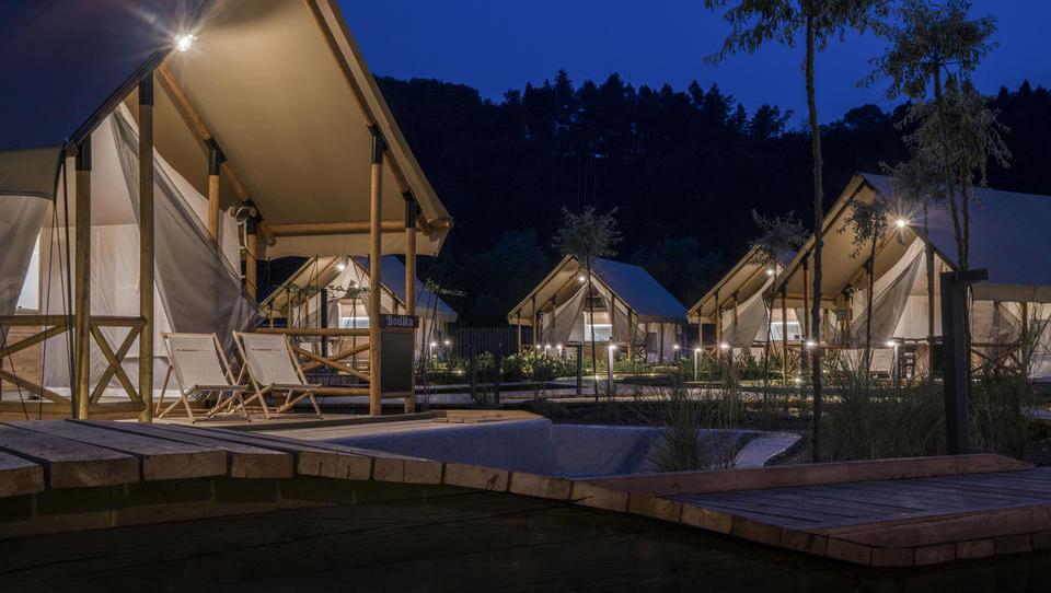 Naložbe turističnih ponudnikov, ki privabijo več poslovnežev in tujih gostov