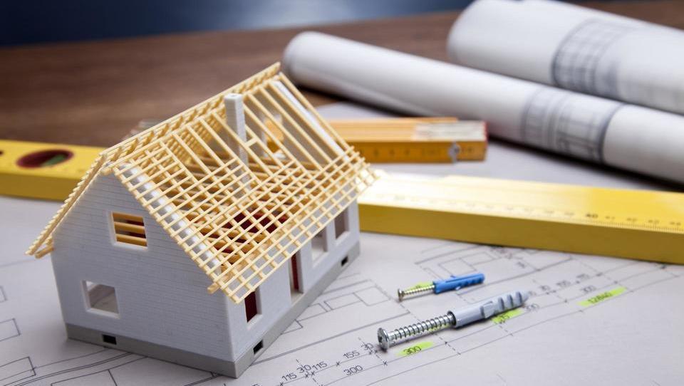 Primerljiva zidana hiša naj bi bila za okoli petino cenejša od...