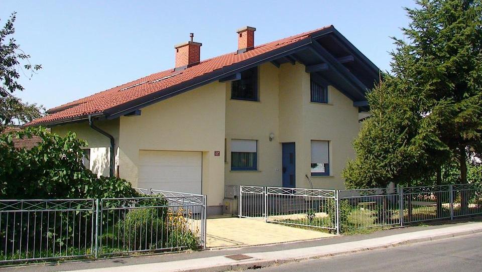 (Nepremičnina tedna) Obnovljena hiša z gospodarskim poslopjem v Murski Soboti
