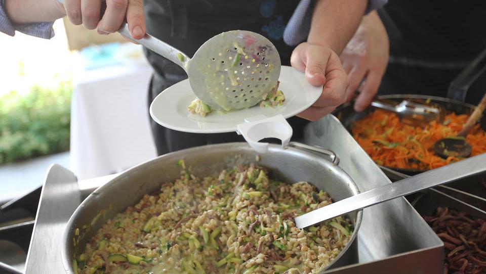 38 odstotkov hrane, ki smo je lani vrgli med odpadke, je bilo užitne