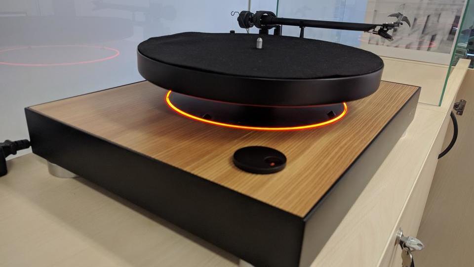 (video, foto) Brez fotovoltaike ne bi bilo lebdečega gramofona