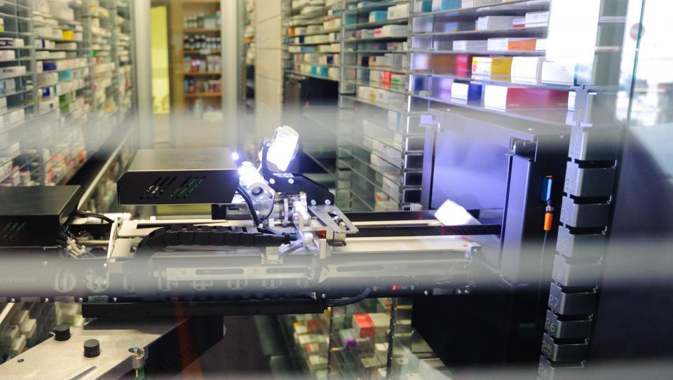 Zakaj bi magister farmacije brskal po skladišču, če lahko to dela robot...