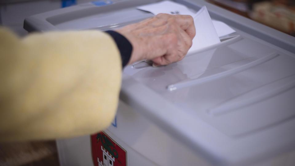 Odprta so volišča za lokalne volitve