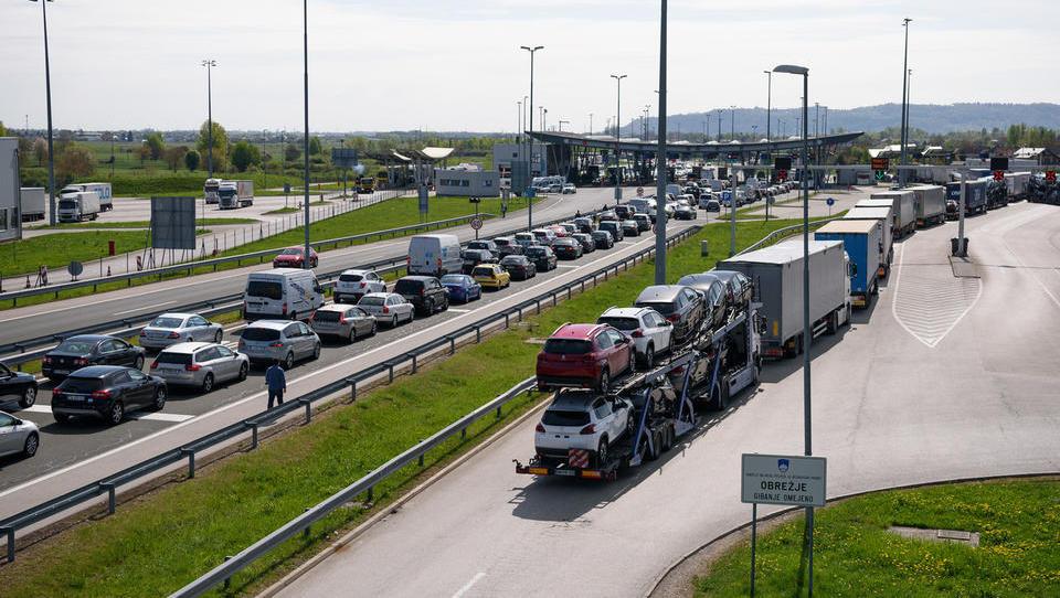 Hitri pregled tedna: Hrvati pripravili nov predlog kontrole na Obrežju, odpirajo sedem hotelov in za Uber iščejo tisoč voznikov