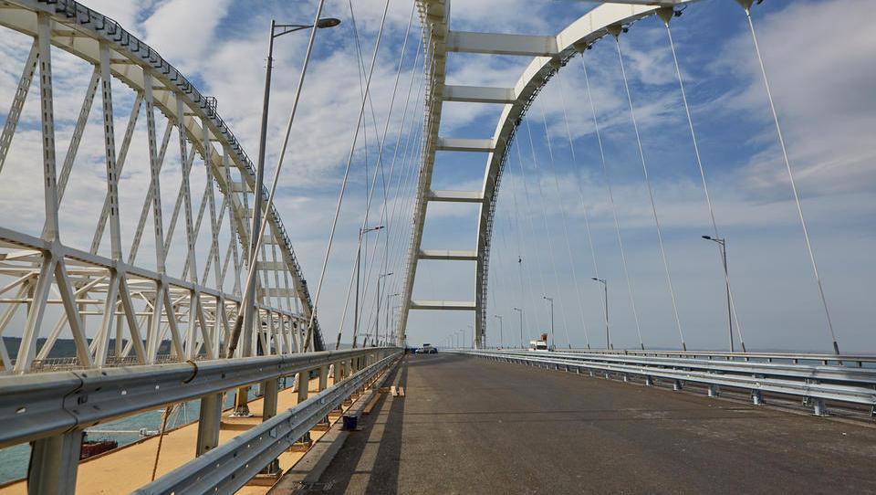 (video) Krimski most: Putin se je simbolično pripeljal na polotok s tovornjakom Kamaz