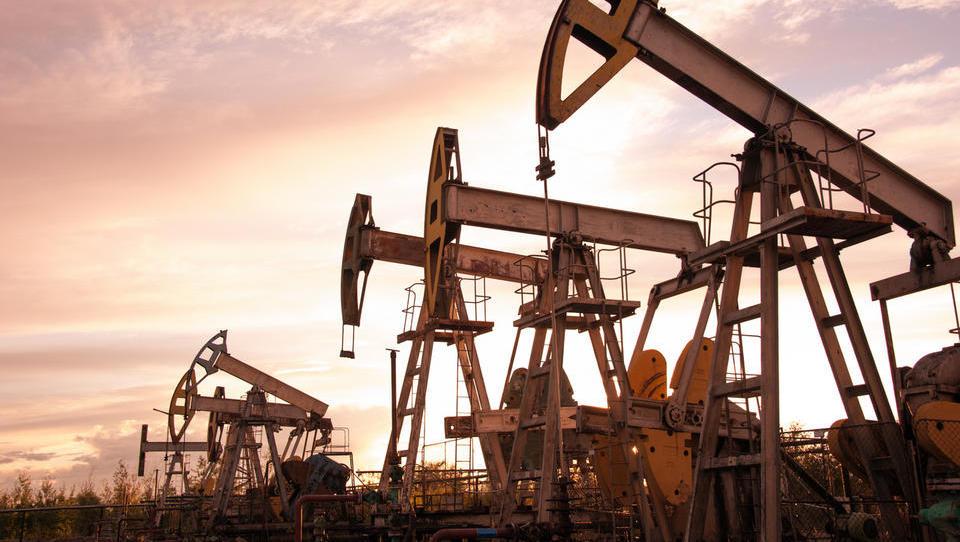 Nafta splezala prek 74 dolarjev za sod – kako draga bo pot na počitnice?