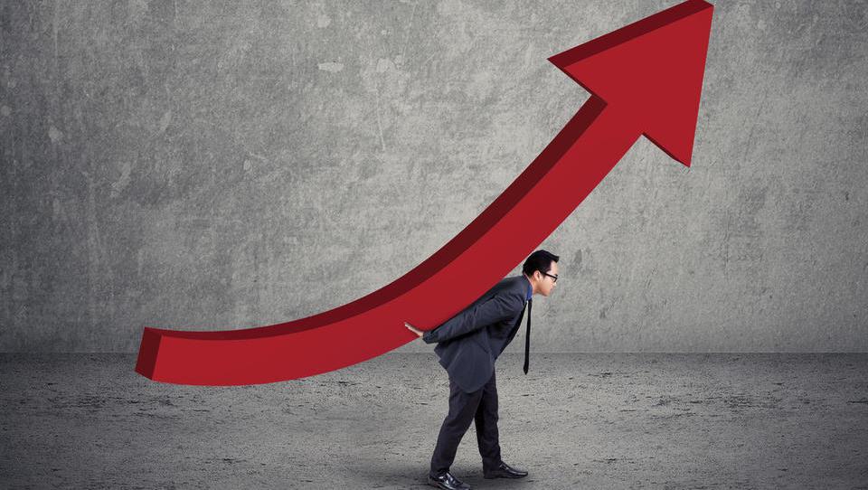 Lahko gospodarstvo zdrži 11-odstotni dvig plač v treh letih?