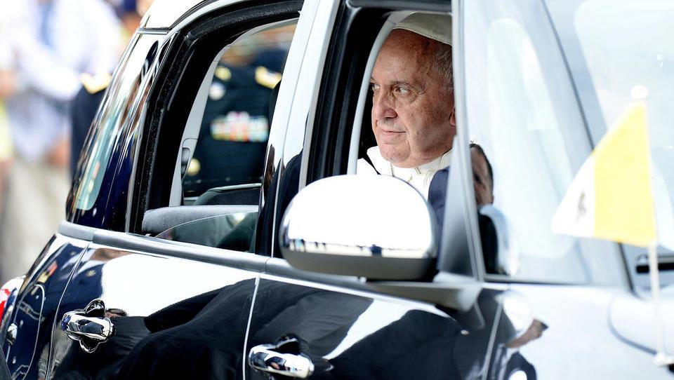 Papež oštel šefe naftnih družb zaradi počasnega opuščanja fosilnih goriv