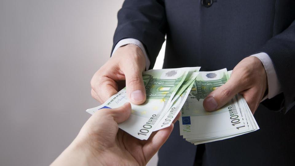 Koliko stane, da vam izplačajo tisoč evrov dividend?