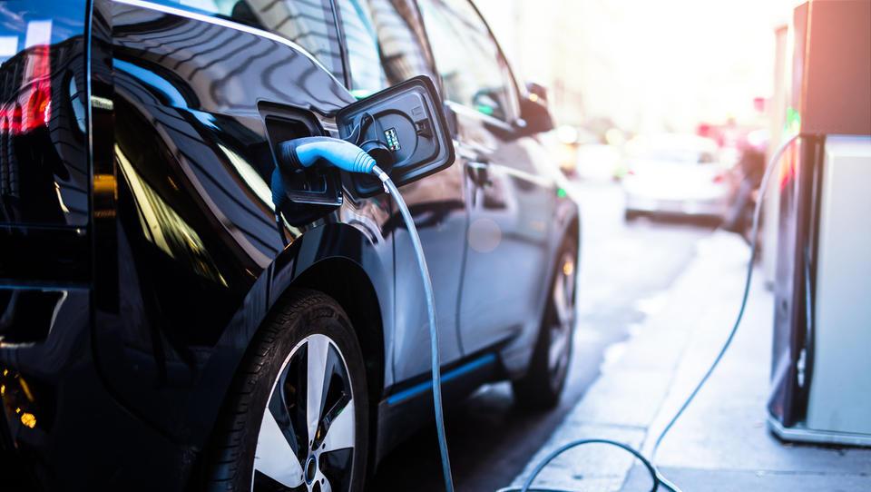 Električni avti: velikanska rast prodaje, deleži pa še vedno mini