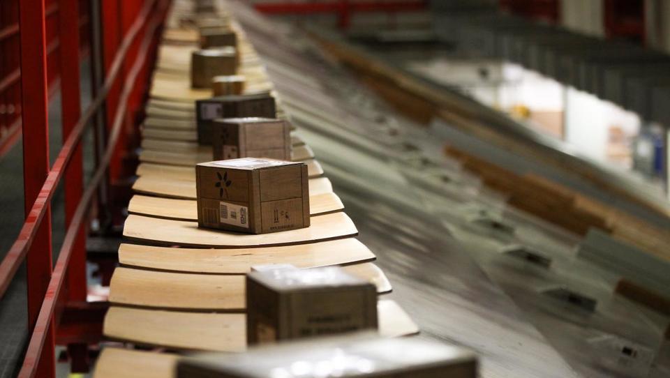 Pošta v škarjah: hitra rast števila paketov, premalo dostavljavcev