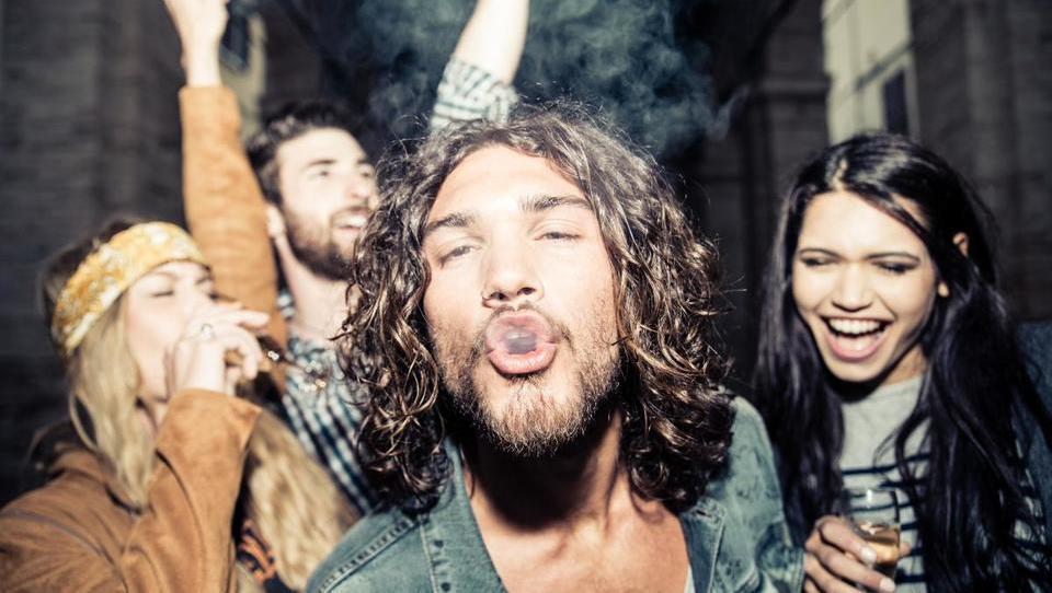 Mladi v ZDA vse manj pijejo in kadijo