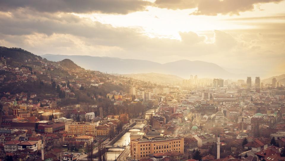 Hitri pregled tedna: koliko je Slovenija plačala za nepremičnino v Sarajevu, Nemci na veliko podpirajo delo na črno, Črnogorci bodo gradili najdaljšo žičnico na svetu