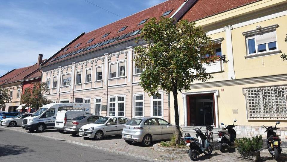 (Nepremičnina tedna) Poslovni prostori na vrhu stavbe v Slovenj...