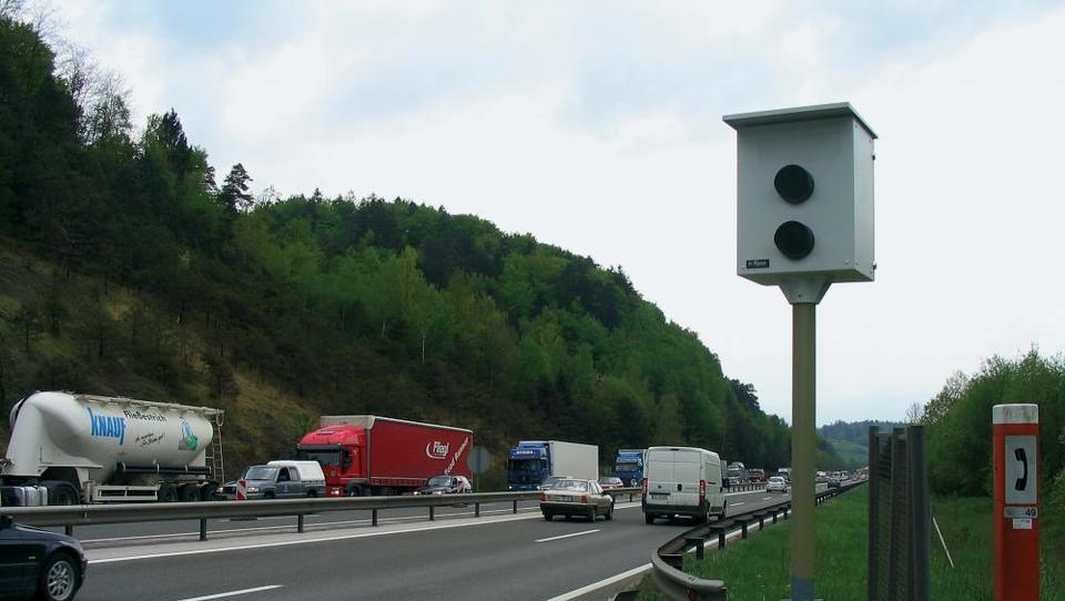 Hitri pregled tedna: Srbi prodajajo zadolženega farmacevta, Hrvati pa višajo plače in pretijo prehitrim voznikom