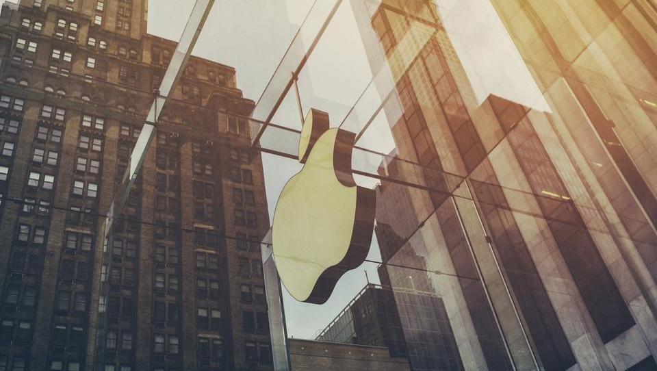 Mladi navdušeni na Applovimi telefoni, ki pa prinašajo še nekaj: bajne donose!