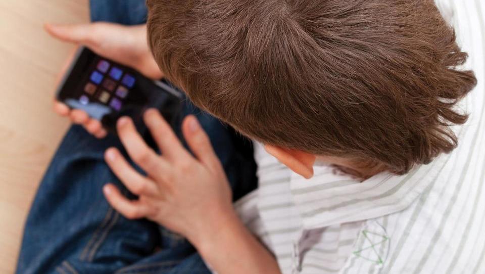 Francoski šolarji prvi dan šole preživeli brez mobilnih telefonov