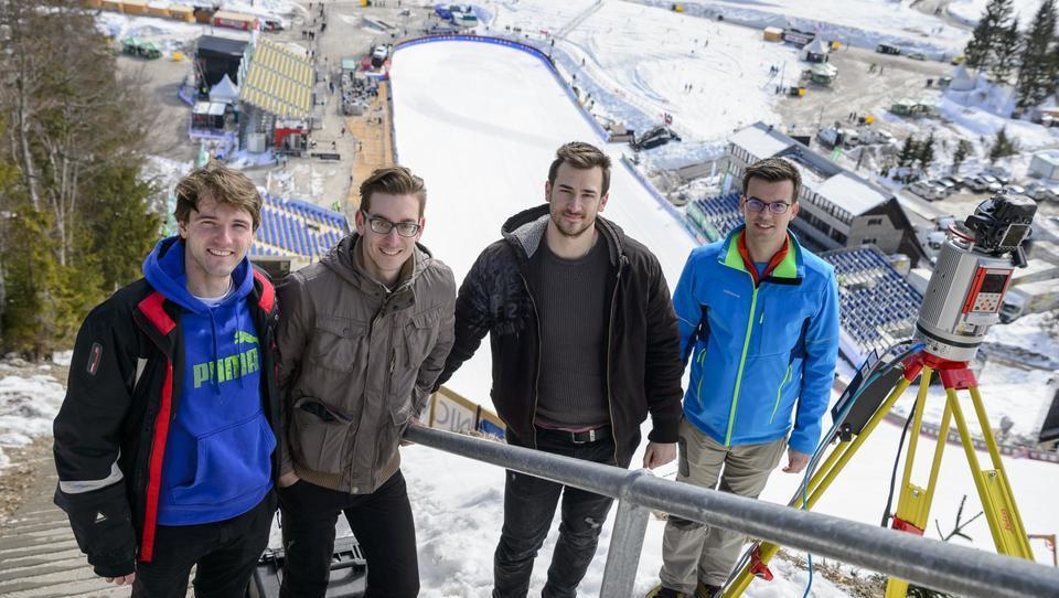 Kako študenti geodezije na finalih smučarskih skokov v Planici merijo debelino snežne odeje
