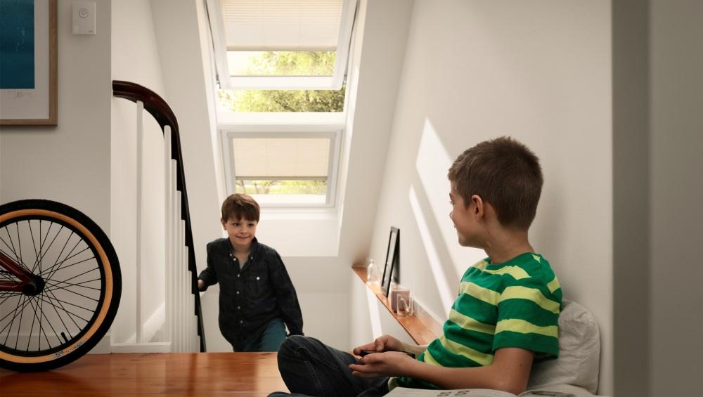 Kako lahko strešna okna avtomatsko naredijo prepih