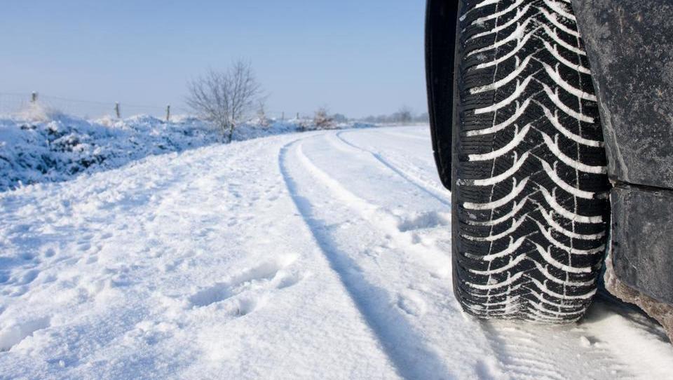 Obujamo in razbijamo mite: Potrebujem zimske, če vozim 4x4?