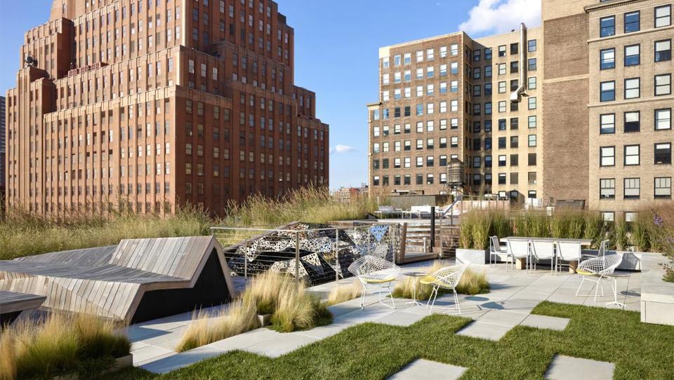 Sodobni vrtovi: zlitje z jezerom in udobje na strehi sveta