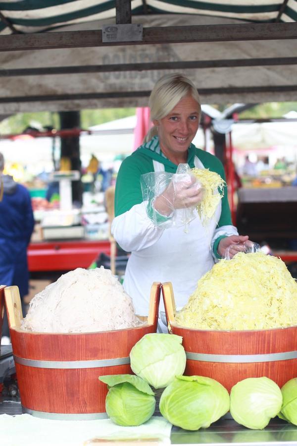 Uporaba sezonskih regijskih sestavin je tudi temelj trajnostnega delovanja gostinstva in širše turistične ponudbe. Tako je seštevek koristi za vse, ki jih tako ali drugače povezuje kulinarika, samo še večji. Krepi se namreč tudi dobaviteljska veriga, ki z boljšim gmotnim položajem zmore zagotavljati kakovostnejše pridelke oziroma sestavine hrane.
